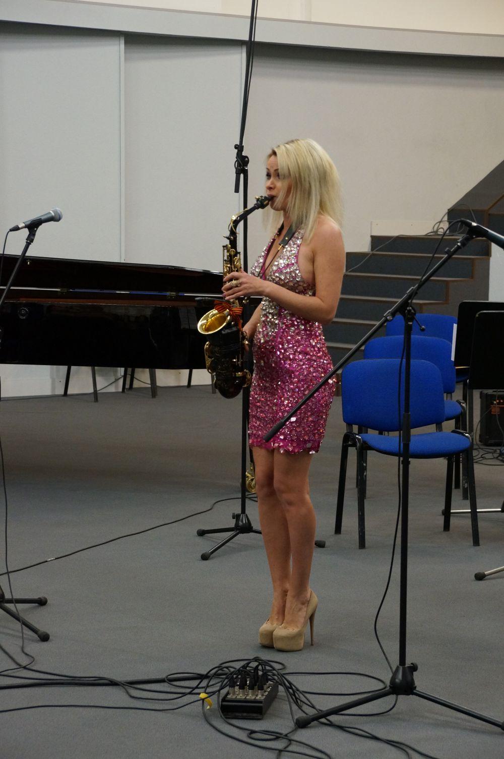 Елена Данник порадовала гостей музыкального марафона игрой на саксофоне.