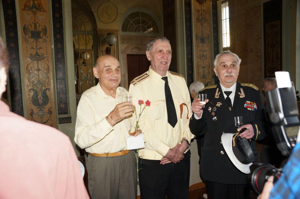 Ветераны подняли тост в честь грядущего праздника Победы.