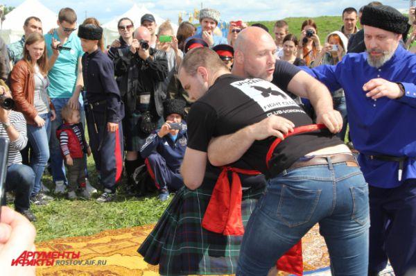 Главное событие дня: борьба на поясах. 22-летний Антон Винников из Воронежа дважды уложил на лопатки шотландца.