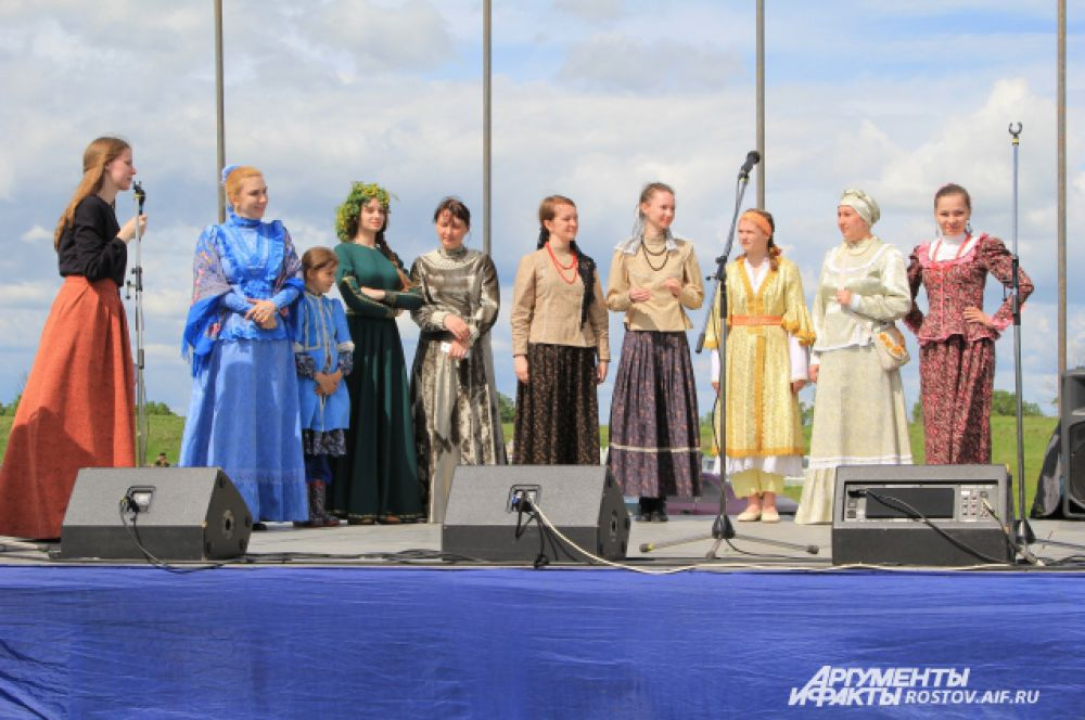 Конкурс нарядов. Девушки сами шили платья, на сцене они рассказывали о своем костюме, что он значит в казачьем быту.