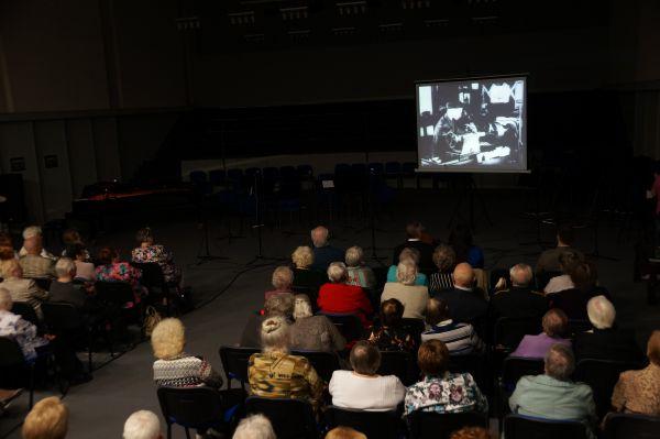 В Первой студии Дома Радио транслировалась хроника военных лет.
