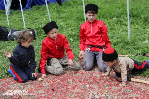 Для маленьких казачат устроили настольные игры.