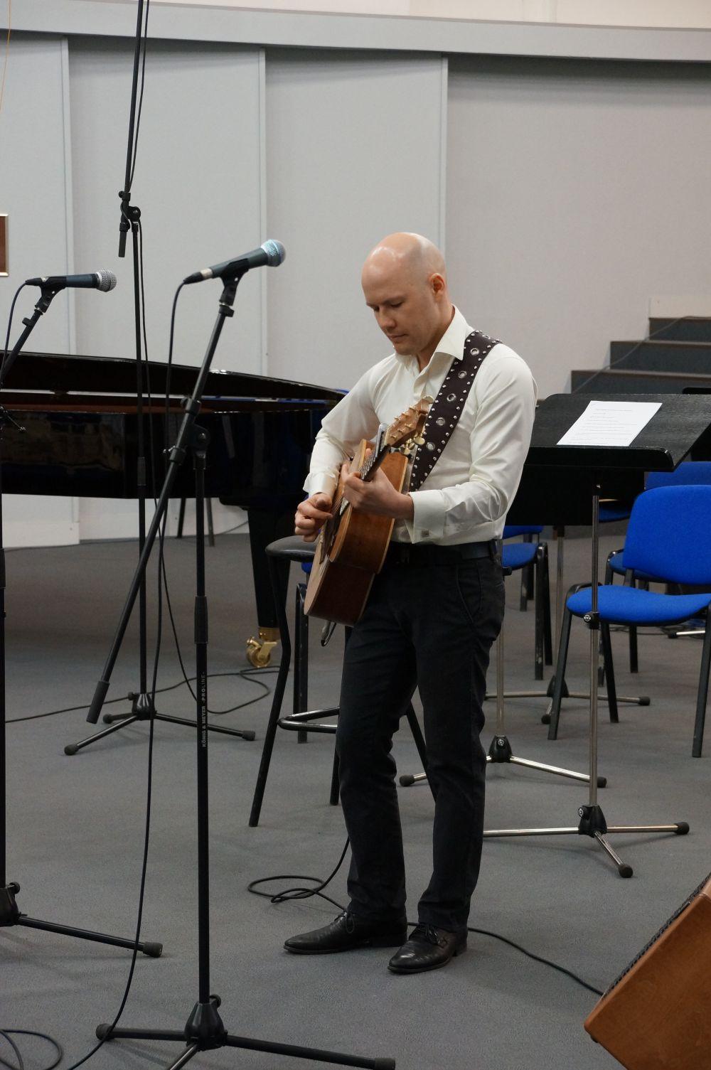 Виртуозный музыкант Данис Щербаков исполнил мелодии военных лет.