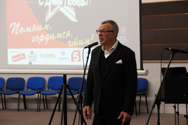 Поздравить ветеранов и блокадников Ленинграда пришел артист Андрей Ургант.