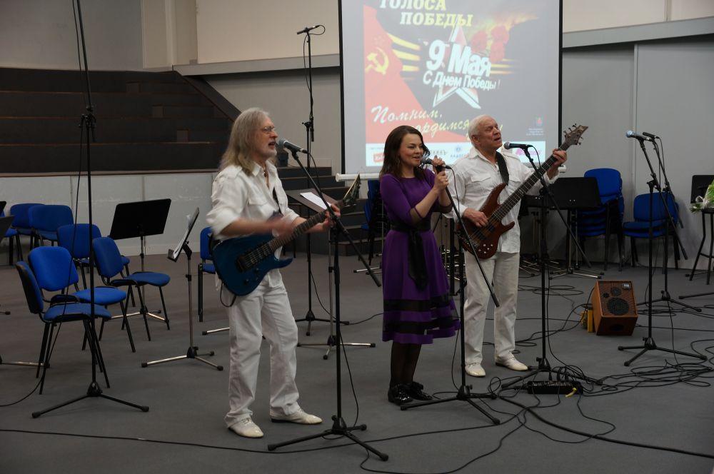 """Коллектив """"Поющие гитары"""" исполнил пять своих известных песен."""