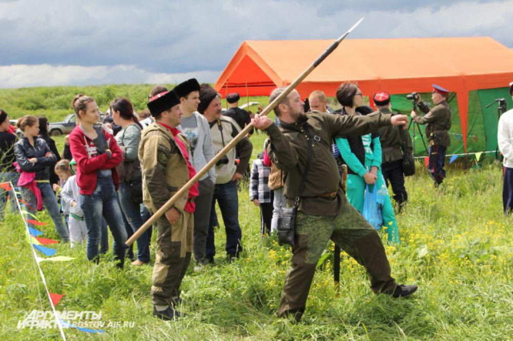 Игры представляют собой состязания с оружием: шашкой, пикой, луком - в пешем и конном порядке, а также джигитовку, кулачные бои и водное соревнование — гонки на каяках.