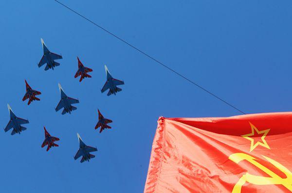 Многоцелевые истребители Су-27 пилотажной группы «Русские Витязи» и МиГ-29 пилотажной группы «Стрижи».
