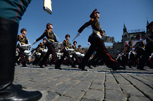 Военнослужащие парадных расчетов во время военного парада.
