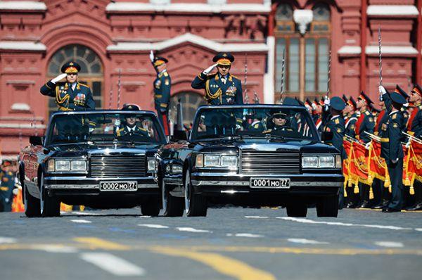 Главнокомандующий сухопутными войсками министерства обороны РФ генерал-полковник Олег Салюков и министр обороны РФ, генерал армии Сергей Шойгу (слева направо) на параде Победы в Москве.