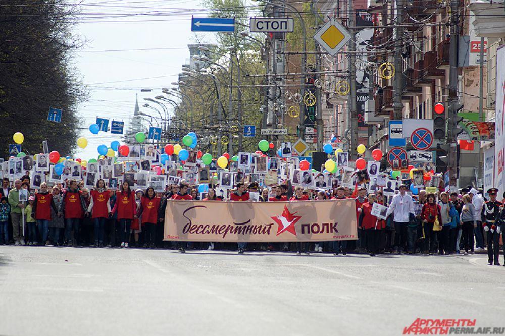 Следом на Октябрьскую площадь вышел «Бессмертный полк».
