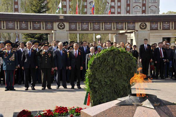 В торжественном возложении цветов к Вечному огню приняли участие первые лица республики.