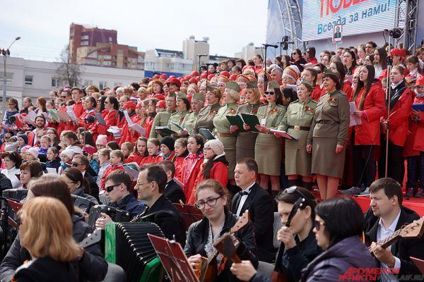 На площади перед Театром-Театром прошёл концерт пермского хора.