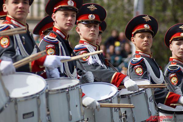 Впервые в военном параде Пермского гарнизона приняли участие воспитанники Пермского суворовского военного училища.