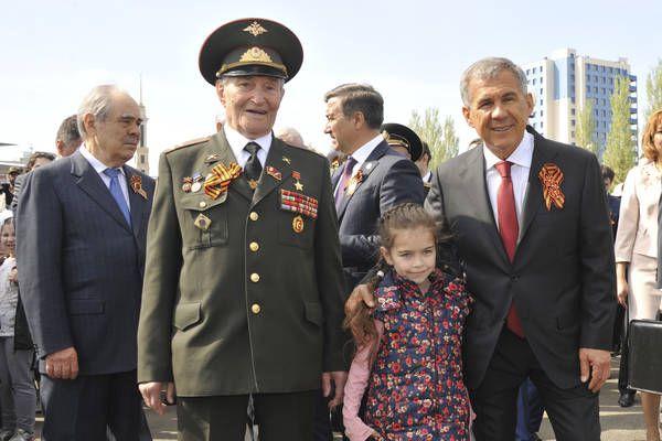 Единственный оставшийся в Татарстане Герой Советского Союза Борис Кузнецов и Рустам Минниханов.