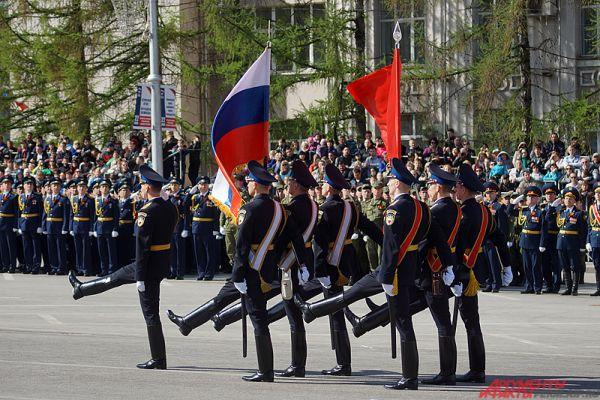 Парад войск начался с выноса флага России и Знамени Победы.