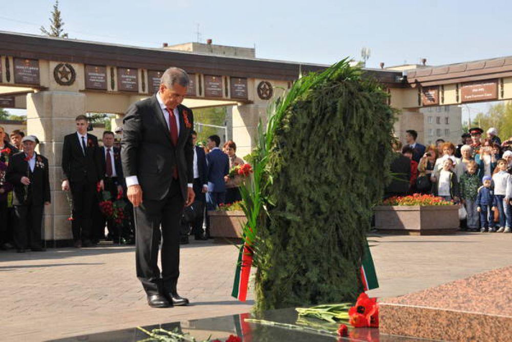 Президент РТ у Вечного огня в Парке Победы.