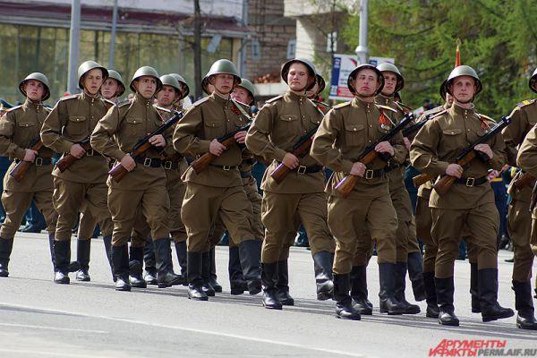 Часть солдат прошлась перед зрителями в военной форме тех лет.