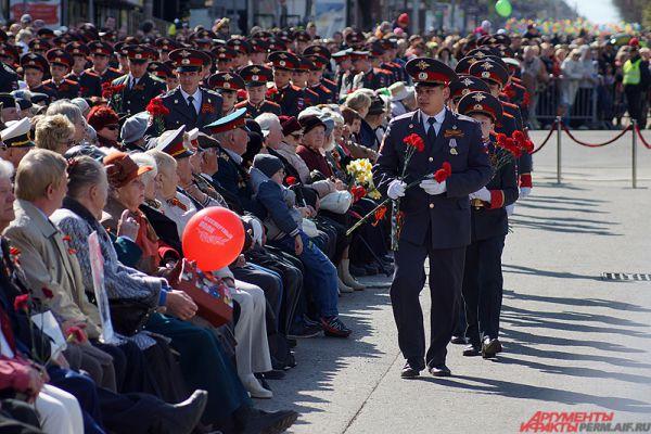 В финальной части пролога кадеты Пермского суворовского училища в знак всеобщего уважения к подвигу ветеранов вручили им цветы.