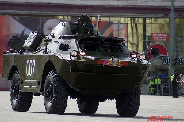 В конце по площади проехались новейшие российские образцы тяжёлой техники.