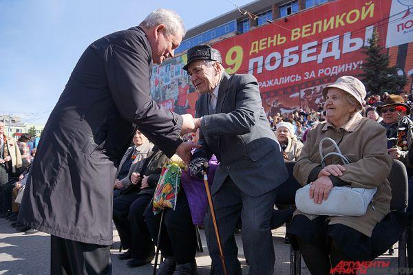На почетных местах в первых рядах разместились главные герои праздника - ветераны Великой Отечественной войны и их родные.