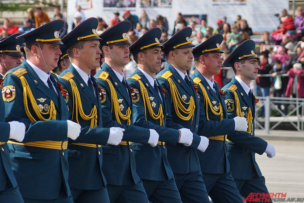 Командование парадом осуществлял начальник Пермского суворовского военного училища генерал-майор Виктор Батмазов.