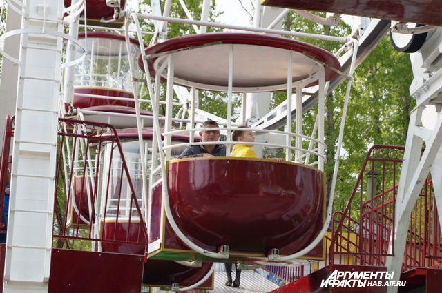 В Ульяновске спасатели эвакуировали людей, застрявших на колесе обозрения.