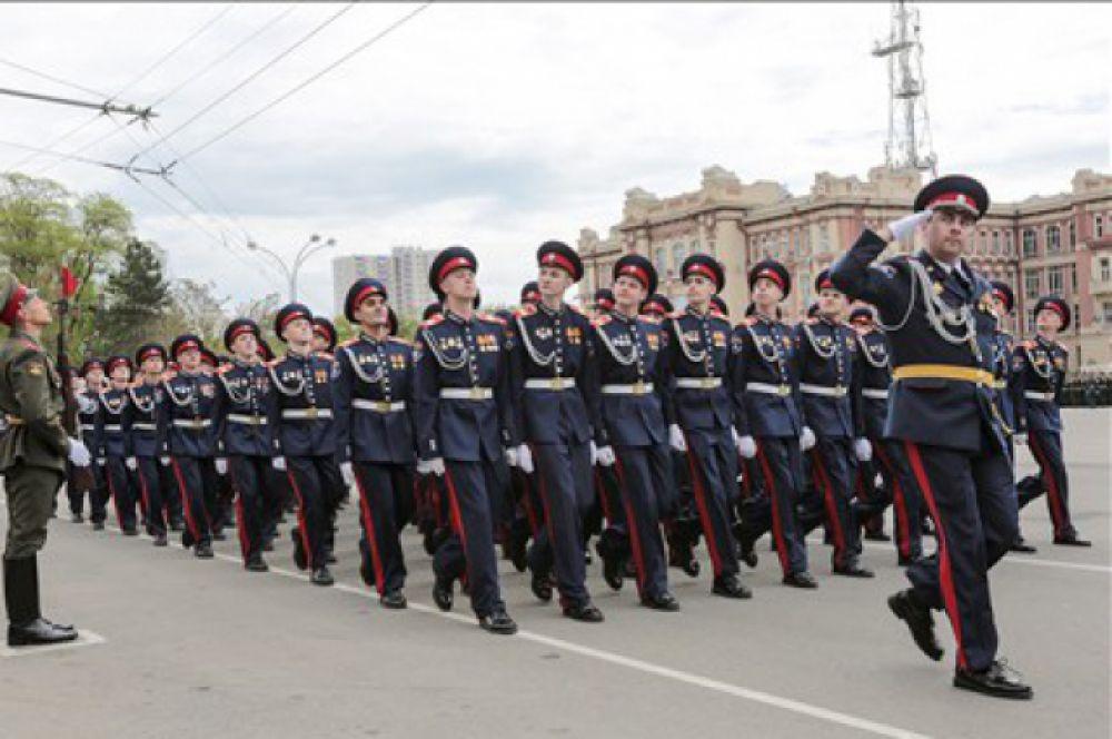 Впервые по Театральной площади торжественным маршем прошли воспитанники Второго Донского императора Николая II кадетского корпуса Донского государственного технического университета.