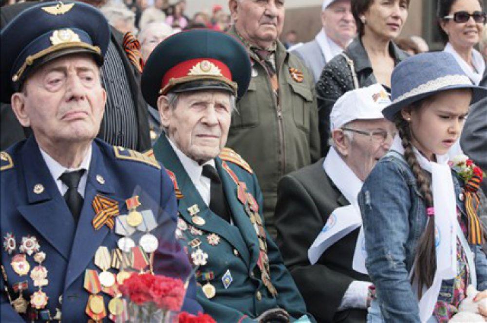 Ростовские  ветераны всех районов были доставлены сюда на 26 празднично оформленных автобусах. Колонна стартовала от проспекта Буденновского. На всём пути до Театральной площади 18 тысяч школьников приветствовали ветеранов.