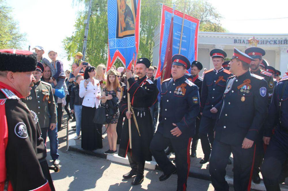 Казаки - неизменные участники парадов.