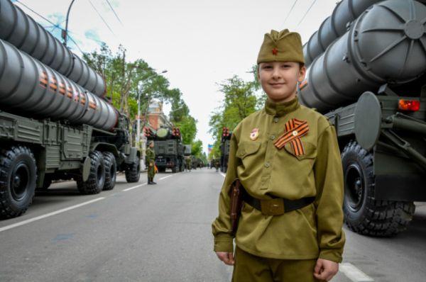 Впервые в составе механизированной колонны в Ростове были представлены бронеавтомобили повышенной проходимости «Рысь».
