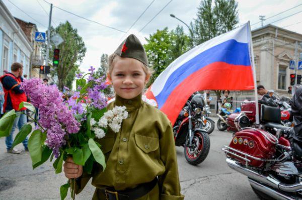 По дороге к акции присоединились ростовские байкеры, на мотоциклах которых были фотографии фронтовиков.