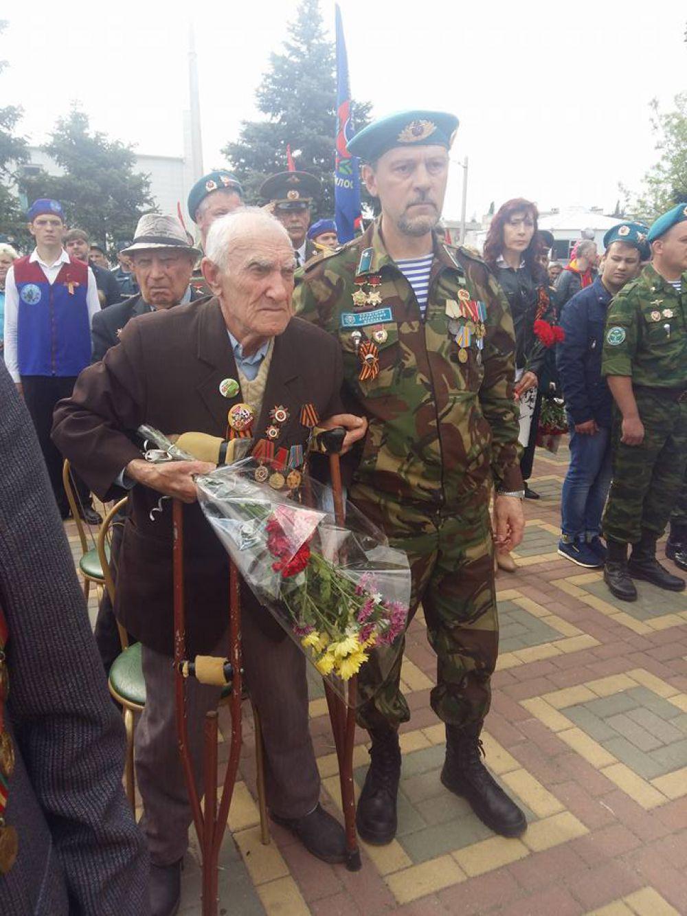 А это шахтинский ветеран. Несмотря на возраст и состояние здоровья поколение победителей, как и прежде, в строю.