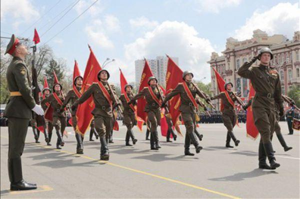 Затем состоялся парад войск Ростовского-на-Дону гарнизона.