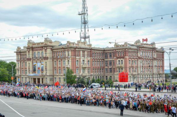Шествие началось в 9.00 на площади Карла Маркса, откуда «Бессмертный полк» направился на Театральную площадь. На Театральной площади к колонне примкнули ветераны, представители правительства Ростовской области и администрации города.