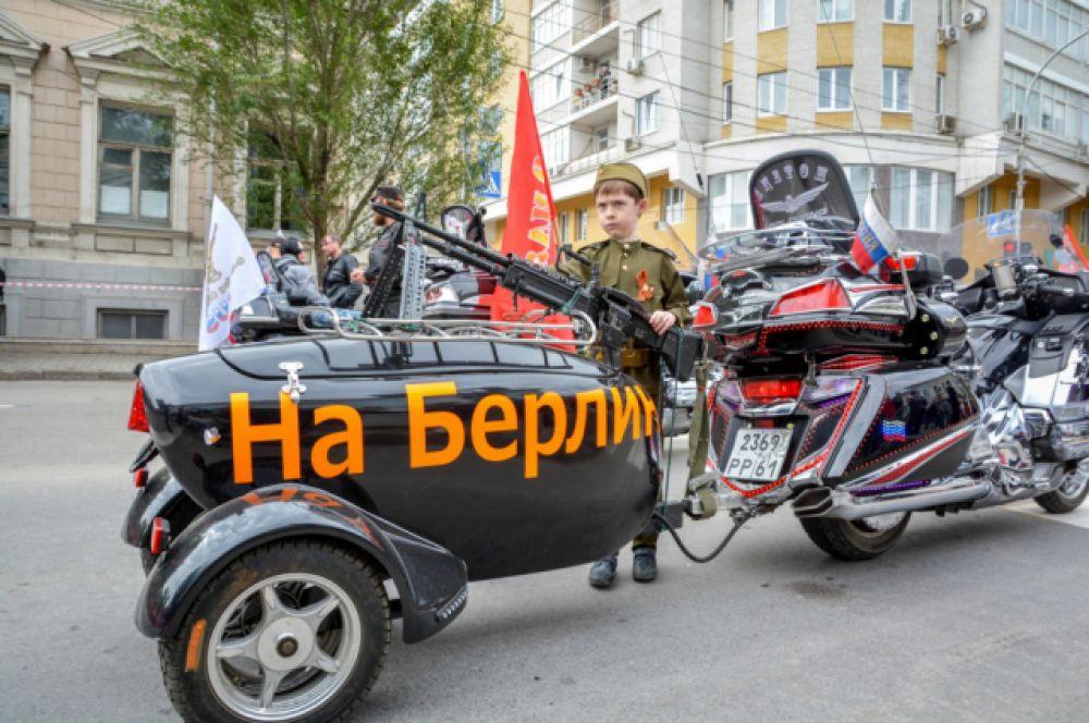 «За Родину!», «За Сталина!», «На Берлин!» - такие плакаты и лозунги очень символично смотрелись в руках и на байках участников шествия.