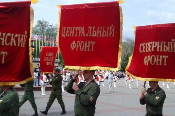 Торжественно отметили День Победы и в других городах Ростовской области. Штандарты фронтов Советской Армии несут по главной площади Волгодонска.