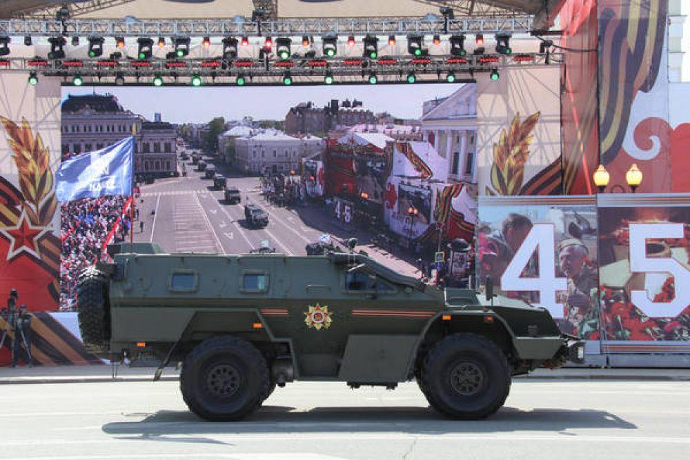 По традиции завершал парад проезд военной техники.