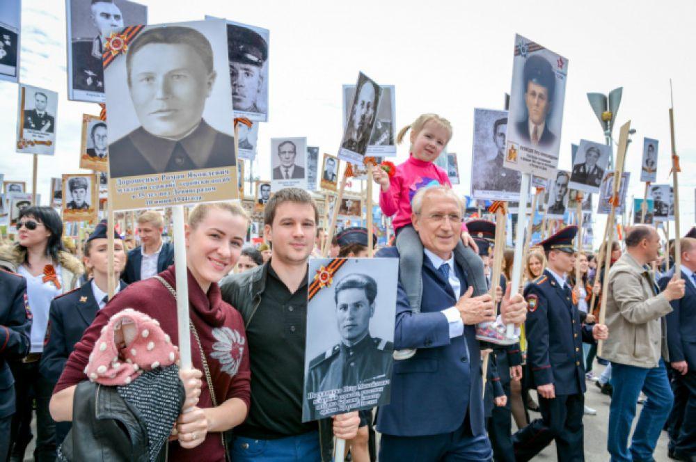 Возглавляли колонну студенты ростовских вузов, которые пронесли портреты более 140 Героев Советского Союза и полных кавалеров Ордена Славы.