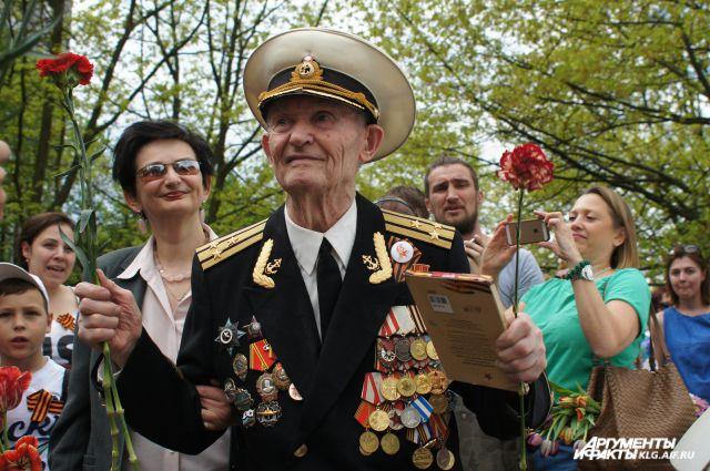 Сотни калининградцев поздравили ветерана, не попавшего на парад Победы.