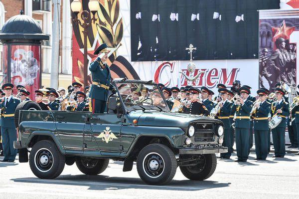 В параде участвовали войска Казанского гарнизона и Казанского танкового училища.