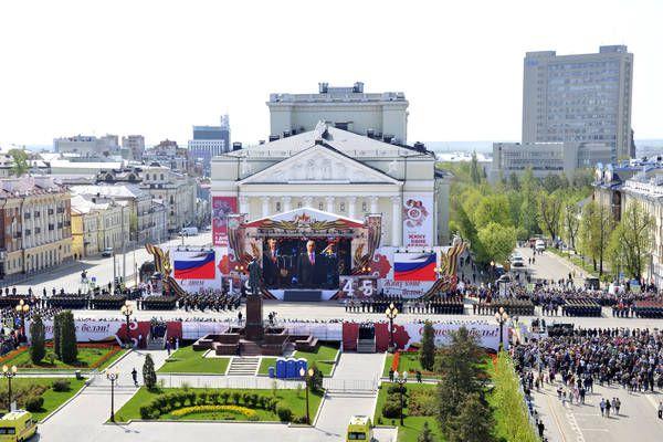 После возложения цветов в Парке Победы президент переместился на Площадь Свободы.