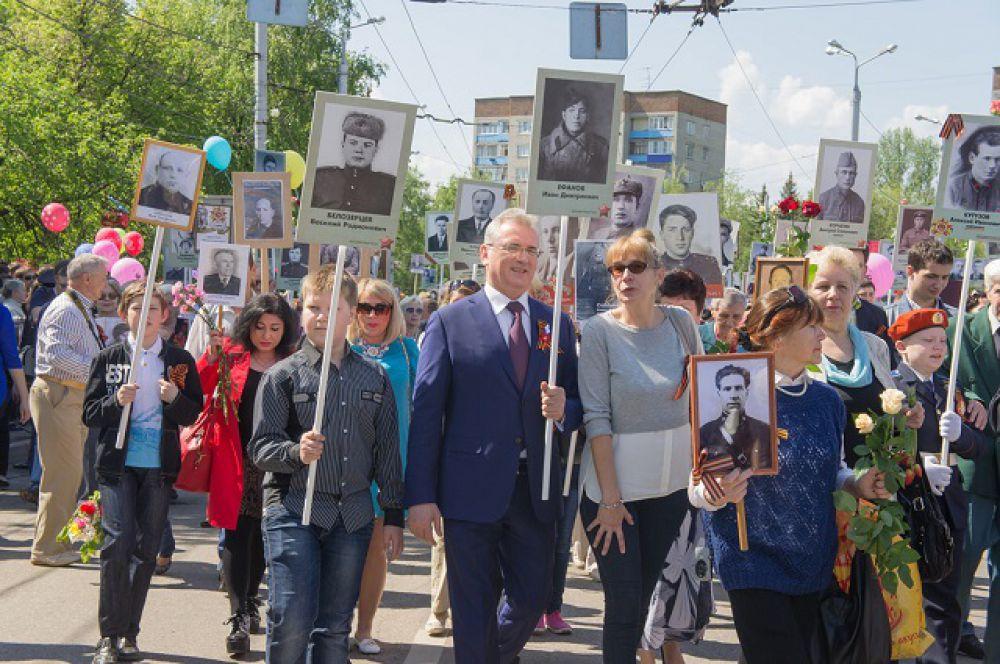 Губернатор Иван Белозерцев в строю Бессмертного полка.