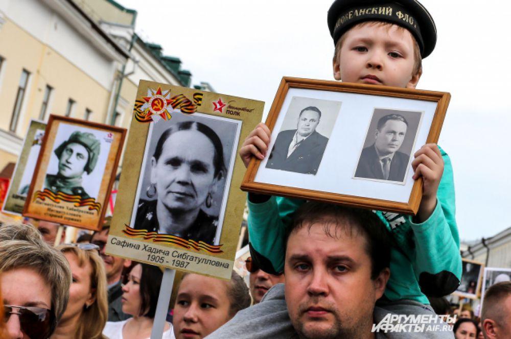 Тысячи казанцев вышли в шествие с портретами дедов.