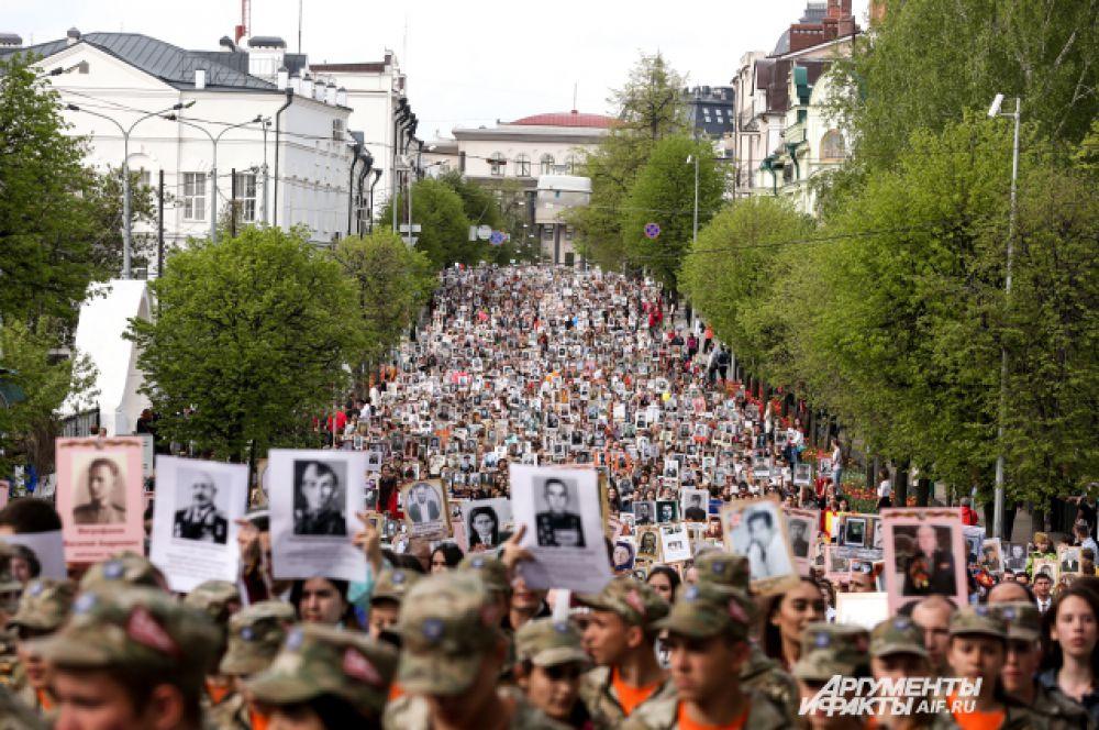 """Акция """"Бессмертный полк"""" собрала в Казани 45 тысяч человек."""