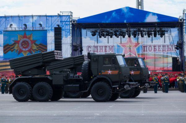 В составе механизированной колонны проследовали также бронеавтомобили «Тигр», боевые машины пехоты БМП-3, бронетранспортеры БТР-82А, противотанковые ракетные комплексы «Хризантема».