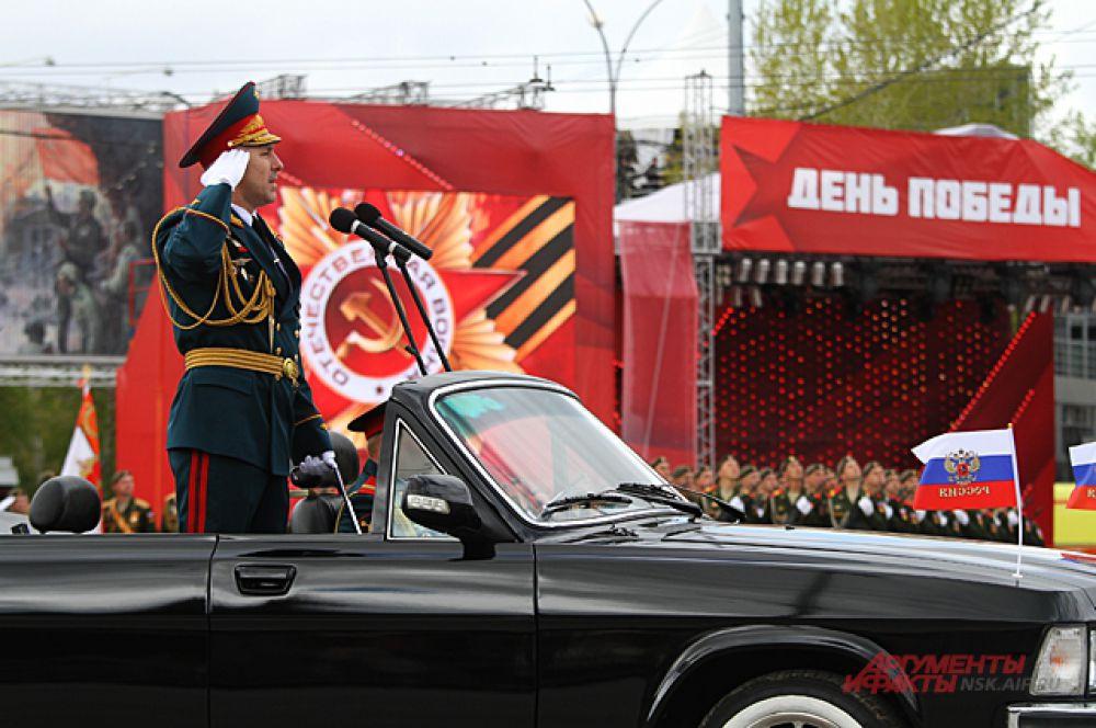Военная техника пошла после открытия парада.