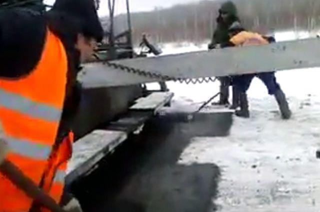 Укладка асфальта в снег.
