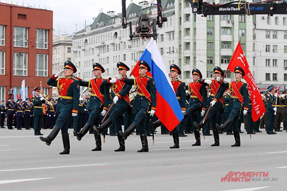 По главной площади пронесли флаг страны и знамя Победы.