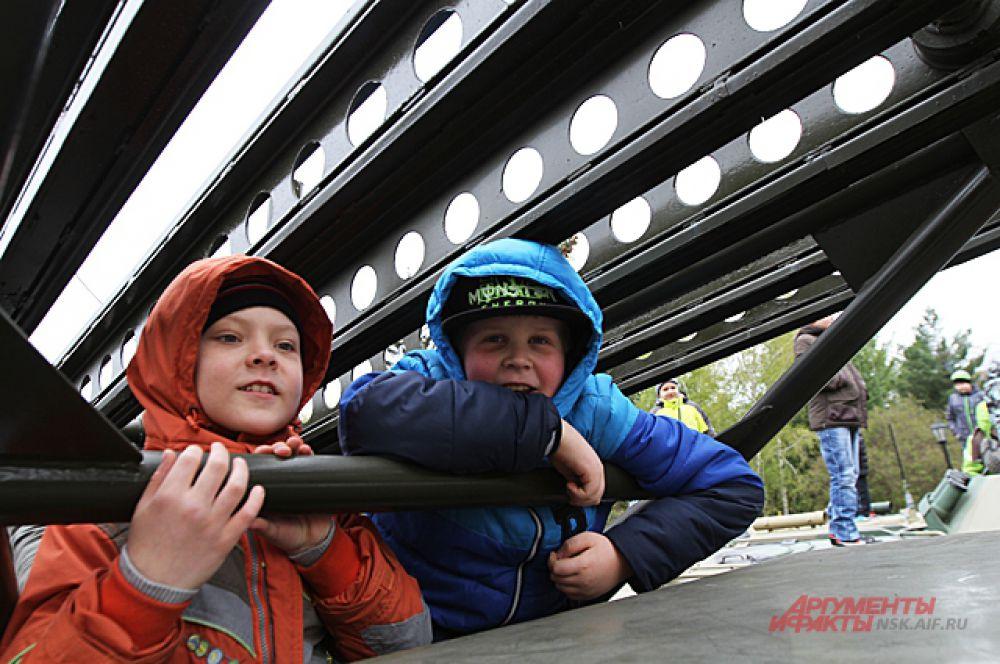 Дети облюбовали военную технику, и с восторгом кричали: «На Берлин!»