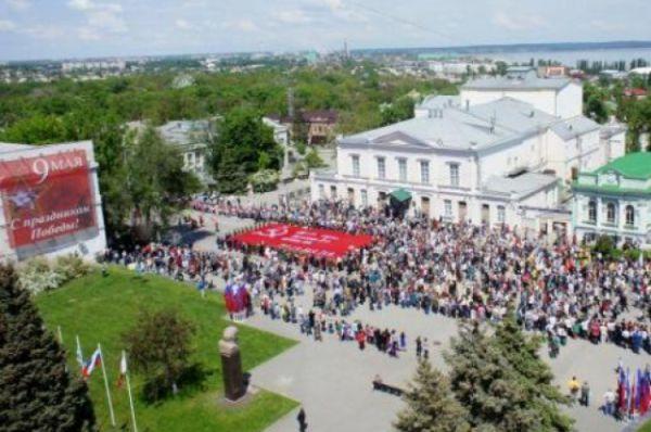 В Таганроге «Бессмертный полк» собрал 10 тысяч человек. Перед началом шествия сводный хор города исполнил песню «Бессмертный полк».